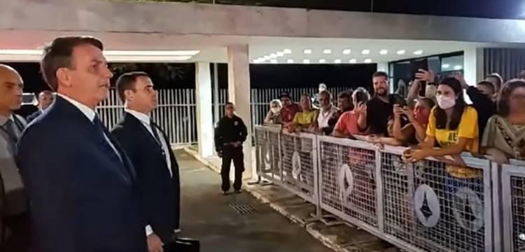 Bolsonaro responde apoiadores com grosseria