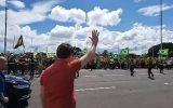 bolsonaro faz discurso para manifestantes