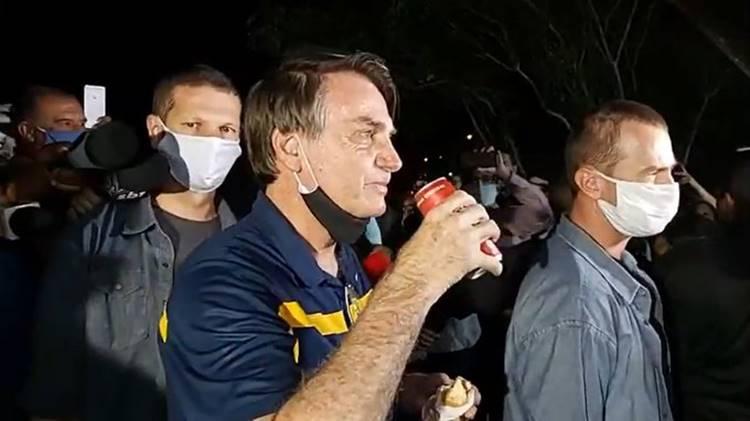Bolsonaro sai para comer cachorro quente