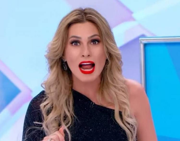 Livia Andrade é afastada do Triturando