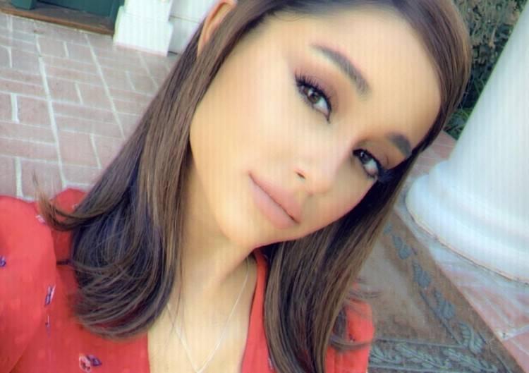 Ariana Grande nua