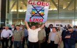 Bolsonaro levanta placa escrito Globo Lixo