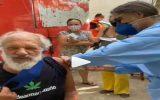 Idoso toma vacina e xinga Bolsonaro